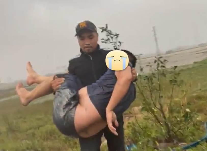 Người đàn ông Nghệ An 2 lần làm người hùng mùa mưa lũ, lần 1 phát 5.000 thùng mì, lần 2 cứu người tai nạn dù trong túi chỉ có 5 triệu đồng-1