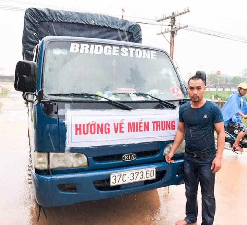 Người đàn ông Nghệ An 2 lần làm người hùng mùa mưa lũ, lần 1 phát 5.000 thùng mì, lần 2 cứu người tai nạn dù trong túi chỉ có 5 triệu đồng-3