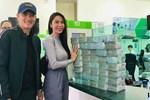 Từ sáng sớm, vợ chồng Công Vinh - Thủy Tiên đã tất bật đi rút tiền để hỗ trợ cho bà con Quảng Bình