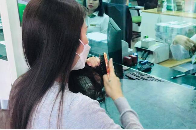 Từ sáng sớm, vợ chồng Công Vinh - Thủy Tiên đã tất bật đi rút tiền để hỗ trợ cho bà con Quảng Bình-2
