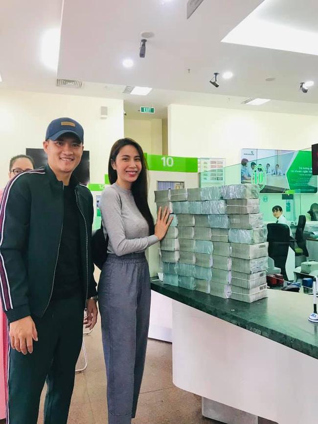 Từ sáng sớm, vợ chồng Công Vinh - Thủy Tiên đã tất bật đi rút tiền để hỗ trợ cho bà con Quảng Bình-1