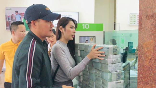 Từ sáng sớm, vợ chồng Công Vinh - Thủy Tiên đã tất bật đi rút tiền để hỗ trợ cho bà con Quảng Bình-3