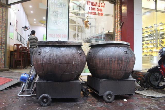 Nướng vịt trong lu đất khủng, ông chủ Hà Nội bán vèo cả trăm con 1 ngày-1