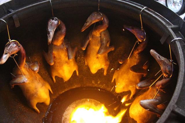 Nướng vịt trong lu đất khủng, ông chủ Hà Nội bán vèo cả trăm con 1 ngày-3