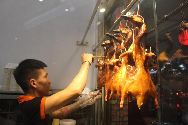 Nướng vịt trong lu đất khủng, ông chủ Hà Nội bán vèo cả trăm con 1 ngày-4