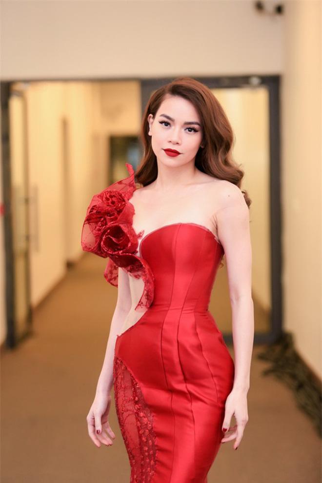 Hot lại clip Hà Hồ ríu rít cùng Kim Lý tại hậu trường sự kiện, hành động vô tư của đàng trai gây tranh cãi-2