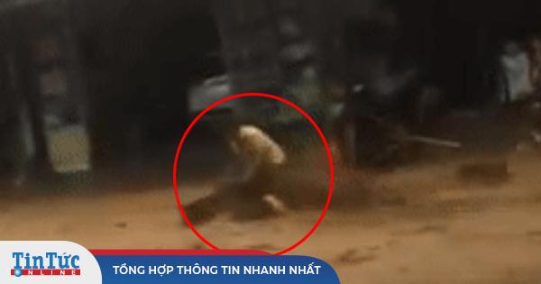 Người phụ nữ bị lũ quét cuốn phăng giữa đường, thoát chết nhờ được người kéo lại
