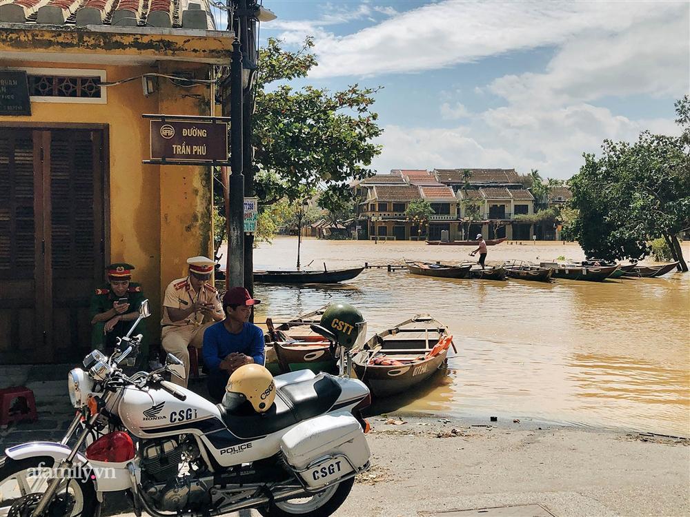 Hội An tan hoang sau bão số 9, những rặng hoa giấy rực rỡ ngày thường nay bỗng hóa xác xơ, nước sông Hoài dâng lên ngập cả nhiều tuyến đường trung tâm phố cổ-5