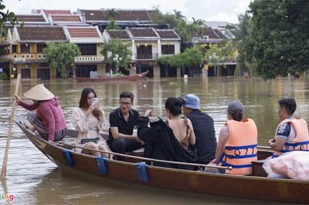 Du khách thuê thuyền tham quan phố cổ Hội An
