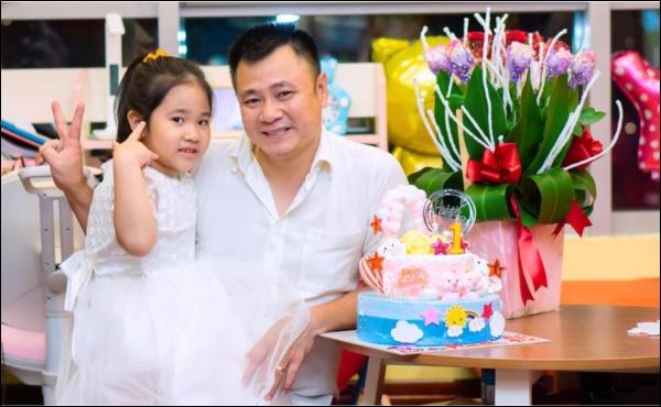Kết hôn lần 2 với vợ giảng viên kém 12 tuổi, NSND Tự Longbị bình luận: Đẻ toàn con gái,danh hàiliền có ngay phản ứng khéo léo-4