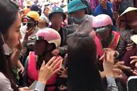 Động thái của Thủy Tiên khi xuất hiện nhóm người dân mất kiểm soát trong điểm phát tiền cứu trợ được dân mạng tán thưởng