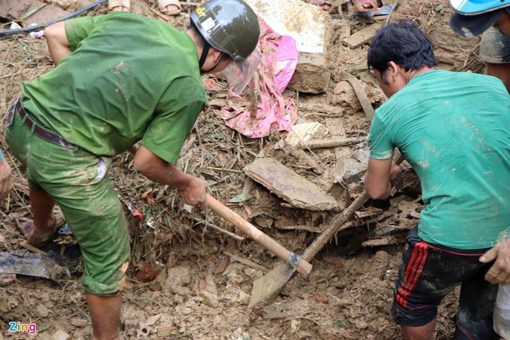 Gào khóc tìm kiếm người thân dưới đất đá ở Trà Leng-4