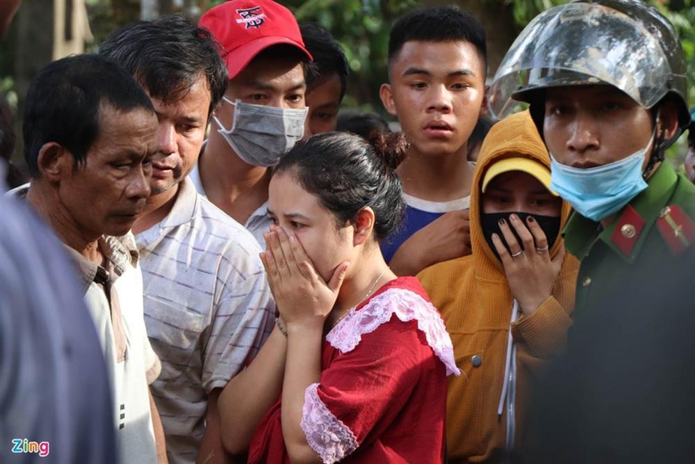 Gào khóc tìm kiếm người thân dưới đất đá ở Trà Leng-8