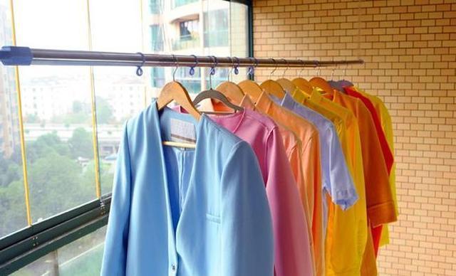 Phơi quần áo len hay lụa tơ tằm mà không biết đến cách này thì chỉ khiến quần áo nhanh bạc màu, bai nhão, hư hỏng!-1