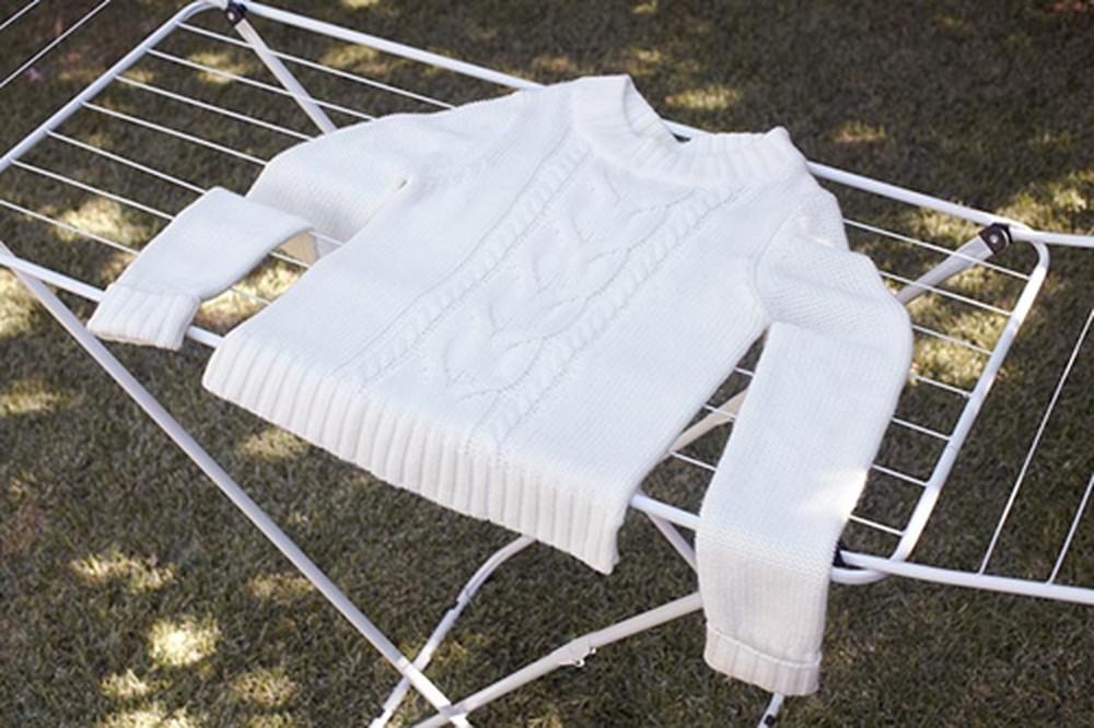 Phơi quần áo len hay lụa tơ tằm mà không biết đến cách này thì chỉ khiến quần áo nhanh bạc màu, bai nhão, hư hỏng!-5