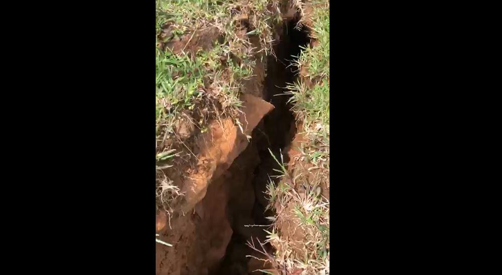 Clip: Xuất hiện vết nứt dài 200m trên núi Tà Bang, Quảng Trị, di dời dân khẩn cấp-1