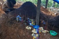 Nữ sinh Trà Leng gục khóc bên mộ của cha, mẹ