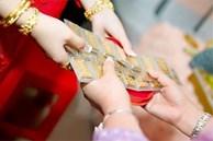 Đang nẫu ruột vì bị họ hàng chê lấy chồng nghèo, không ngờ ngày cưới, có người phụ nữ lạ mặt trao cho tôi 10 cây vàng đeo trĩu cổ
