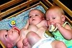 Ca sinh ba đặc biệt có 2 bé dính liền, chào đời với cân nặng chưa đầy 1kg đã bị mẹ bỏ rơi và 16 năm sau nhìn lại ai cũng mỉm cười