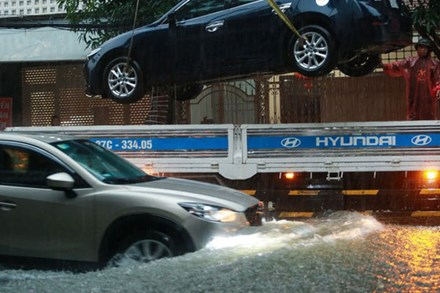 Mưa lớn gây lụt trong đêm, các địa phương tức tốc thông báo cho học sinh nghỉ học
