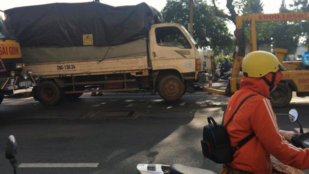 Tài xế tử vong khi đang nằm dưới gầm xe tải sửa chữa ở trung tâm Sài Gòn-1