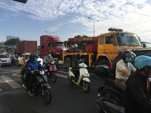 Tài xế tử vong khi đang nằm dưới gầm xe tải sửa chữa ở trung tâm Sài Gòn-2