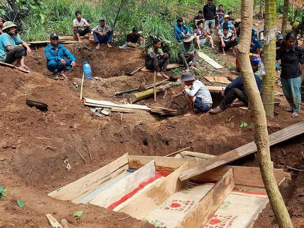 Vụ sạt lở kinh hoàng khiến 8 người tử vong ở Trà Vân: 4 người trong 1 gia đình đều tử nạn, hình ảnh nấm mồ chung khiến nhiều người xót xa-1