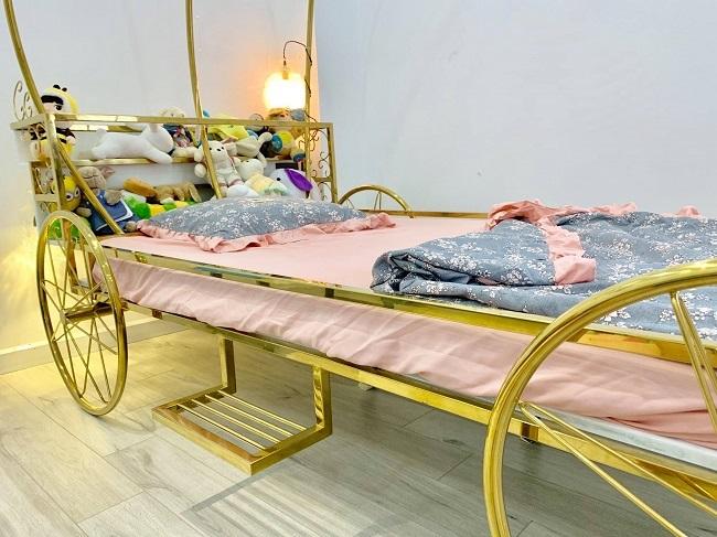 Ông bố trẻ chơi lớn, chi 50 triệu làm giường bí ngô mạ vàng tặng con dịp Halloween-2