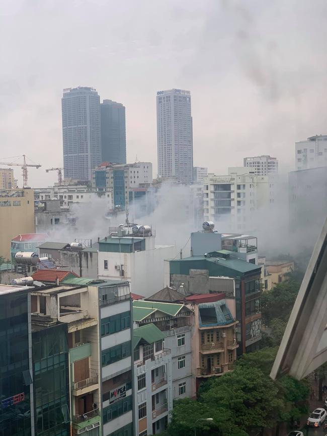Hà Nội: Cháy quán lẩu trên đường Dịch Vọng Hậu, giao thông tê liệt giờ tan tầm-1