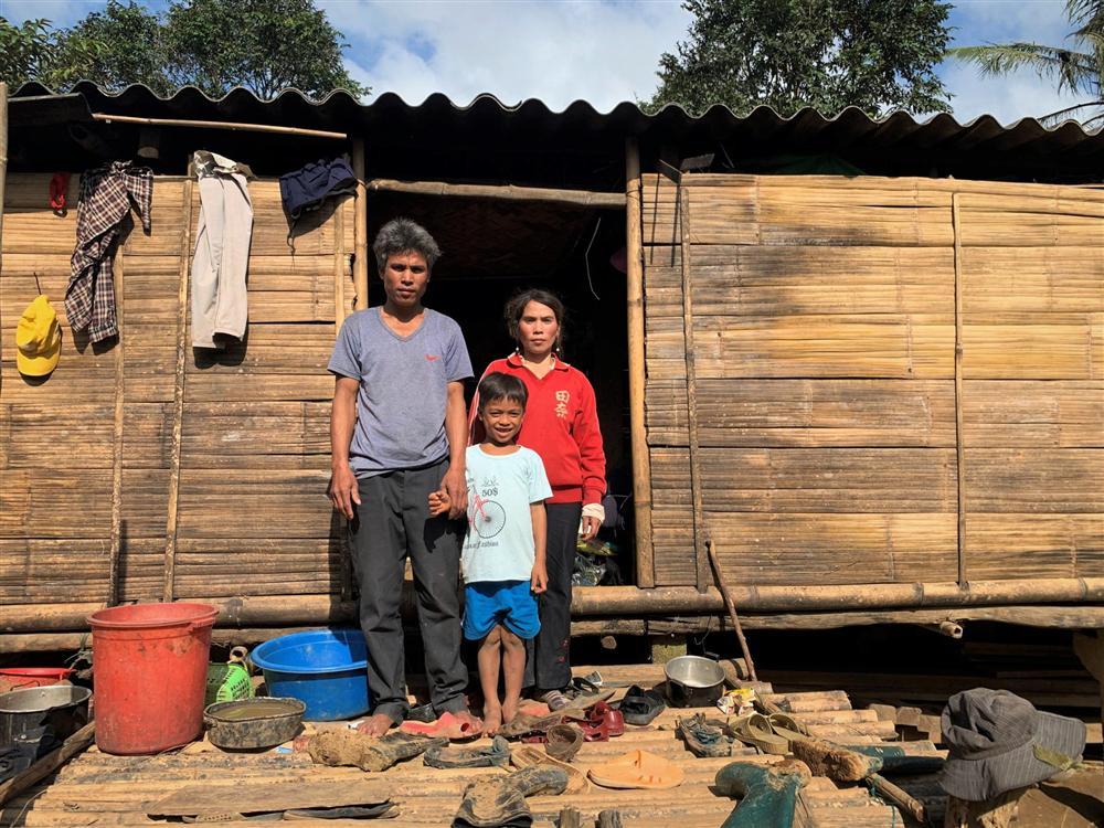Vụ 10 triệu đồng bỏ quên trong áo quần cứu trợ: Tặng lại số tiền cho người đàn ông nghèo-2