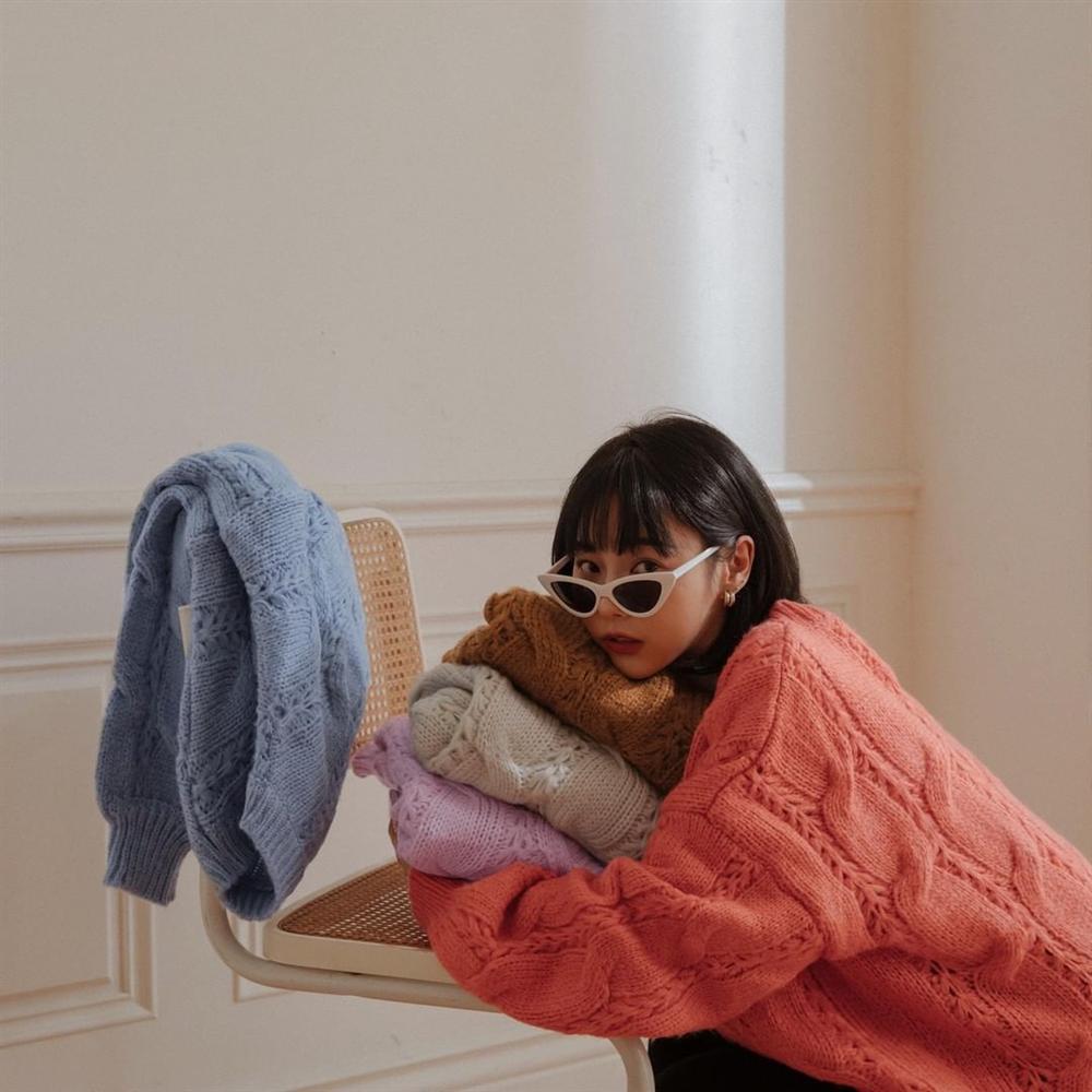 Áo len vặn thừng tái xuất, bỏ bùa gái Hàn đến gái Pháp: Các nàng có ngay 14 set đồ đẹp khỏi bàn với kiểu áo thô ráp này-1