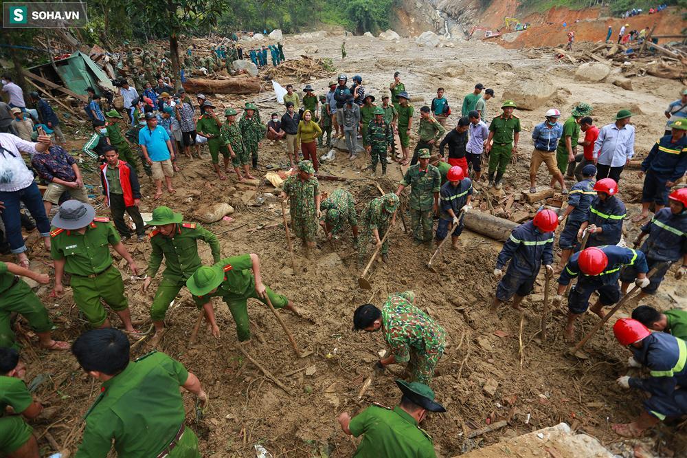 Dân làng khóc nghẹn khi tìm thấy bé trai 10 tháng tuổi dưới lớp bùn đất vụ sạt lở ở Trà Leng-1