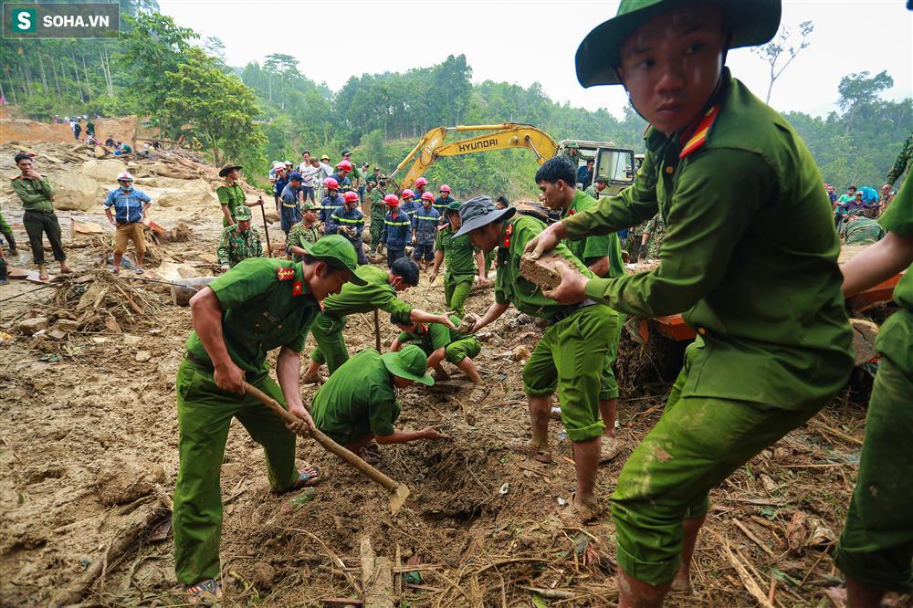 Dân làng khóc nghẹn khi tìm thấy bé trai 10 tháng tuổi dưới lớp bùn đất vụ sạt lở ở Trà Leng-2