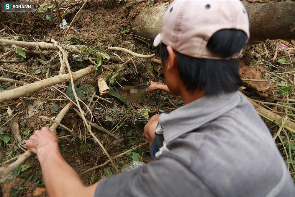 Dân làng khóc nghẹn khi tìm thấy bé trai 10 tháng tuổi dưới lớp bùn đất vụ sạt lở ở Trà Leng-3