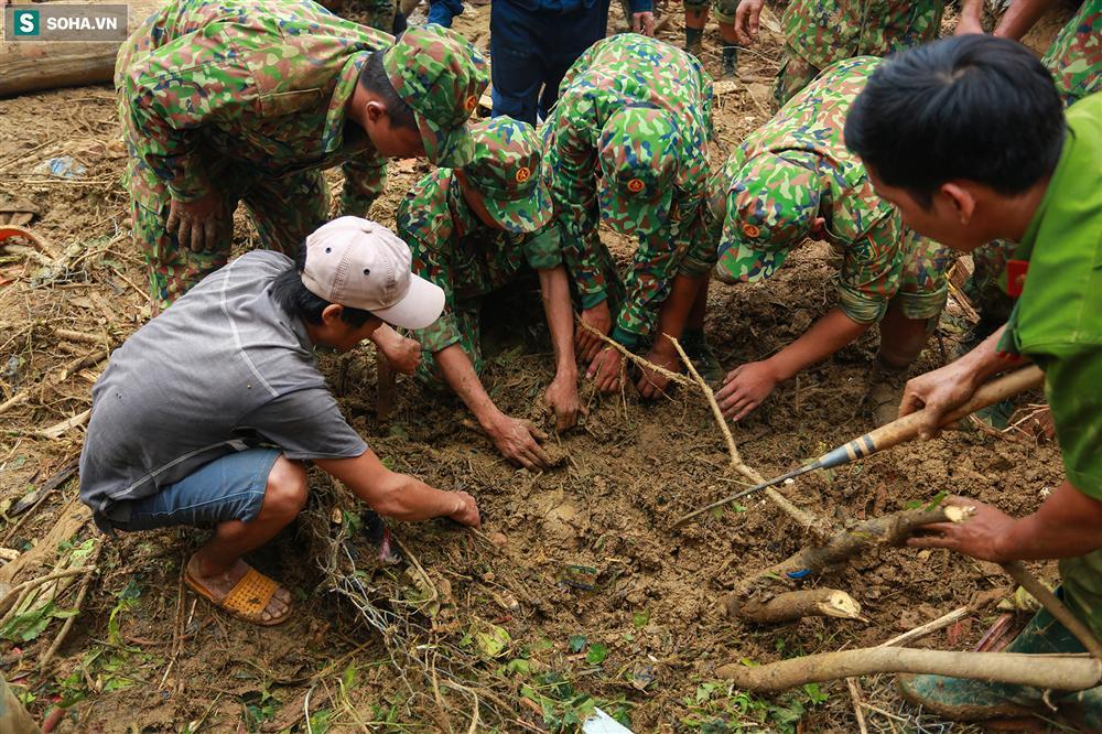 Dân làng khóc nghẹn khi tìm thấy bé trai 10 tháng tuổi dưới lớp bùn đất vụ sạt lở ở Trà Leng-4