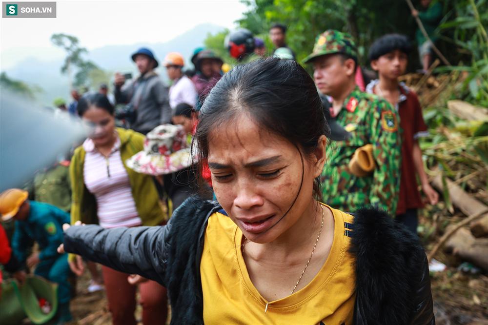 Dân làng khóc nghẹn khi tìm thấy bé trai 10 tháng tuổi dưới lớp bùn đất vụ sạt lở ở Trà Leng-5