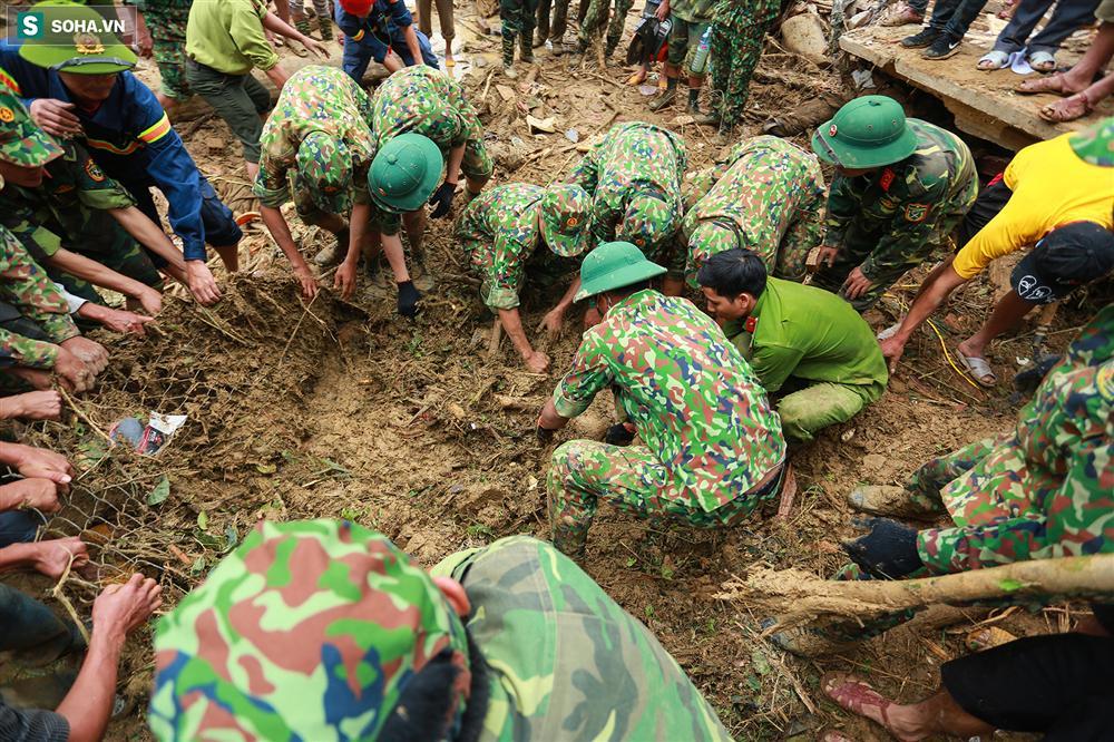 Dân làng khóc nghẹn khi tìm thấy bé trai 10 tháng tuổi dưới lớp bùn đất vụ sạt lở ở Trà Leng-6