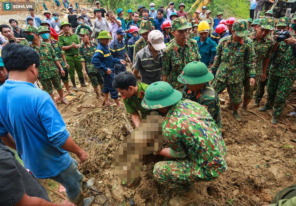 Dân làng khóc nghẹn khi tìm thấy bé trai 10 tháng tuổi dưới lớp bùn đất vụ sạt lở ở Trà Leng-7