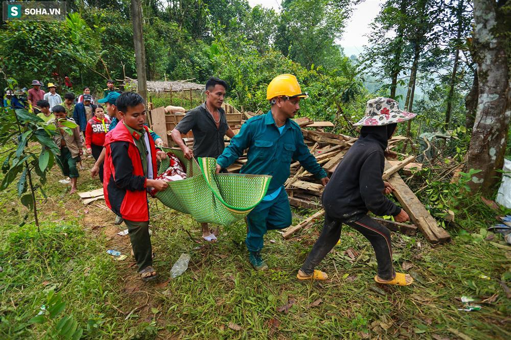 Dân làng khóc nghẹn khi tìm thấy bé trai 10 tháng tuổi dưới lớp bùn đất vụ sạt lở ở Trà Leng-8