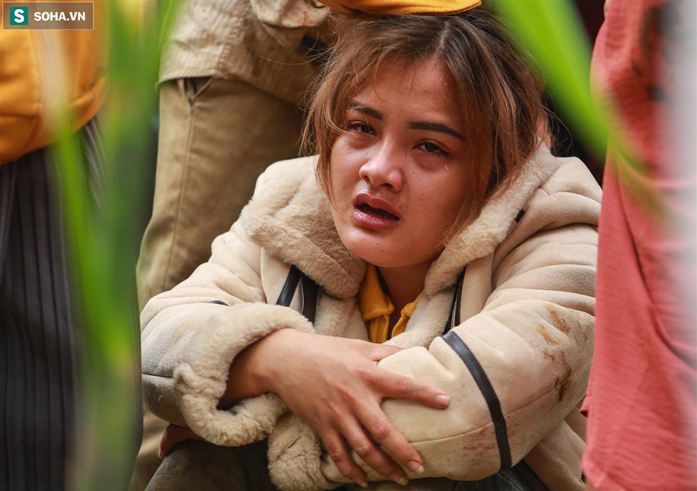 Dân làng khóc nghẹn khi tìm thấy bé trai 10 tháng tuổi dưới lớp bùn đất vụ sạt lở ở Trà Leng-10