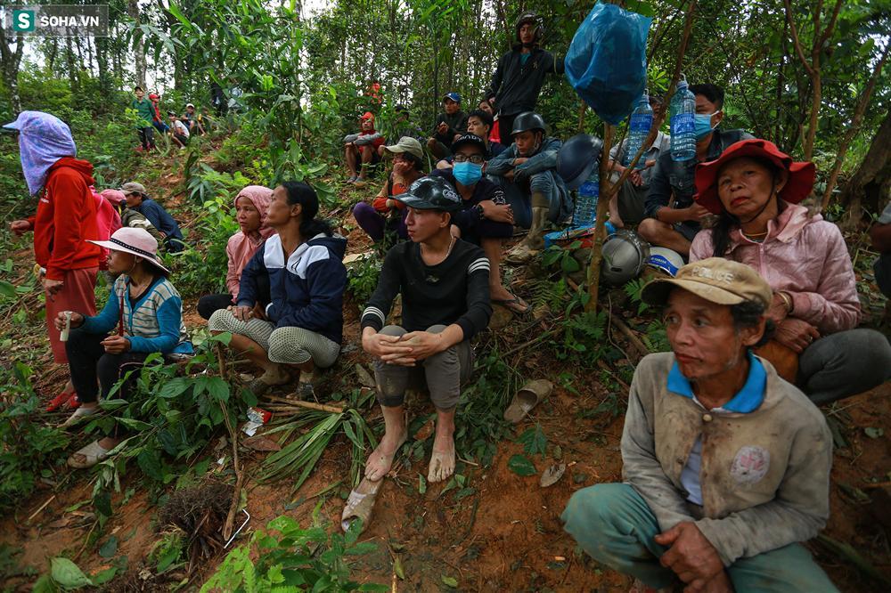 Dân làng khóc nghẹn khi tìm thấy bé trai 10 tháng tuổi dưới lớp bùn đất vụ sạt lở ở Trà Leng-11