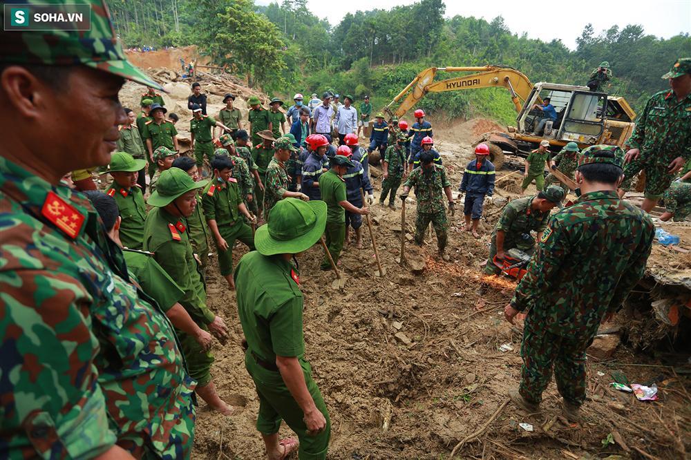 Dân làng khóc nghẹn khi tìm thấy bé trai 10 tháng tuổi dưới lớp bùn đất vụ sạt lở ở Trà Leng-12