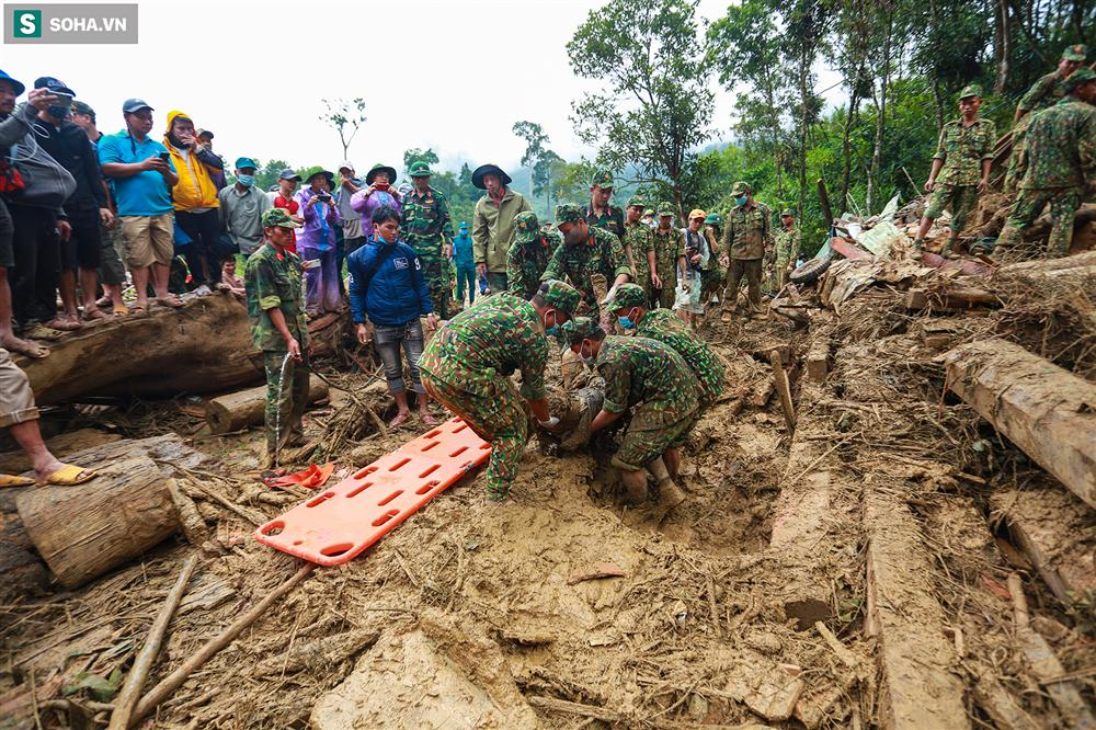 Dân làng khóc nghẹn khi tìm thấy bé trai 10 tháng tuổi dưới lớp bùn đất vụ sạt lở ở Trà Leng-13