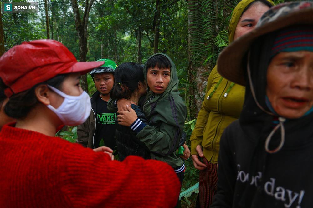 Dân làng khóc nghẹn khi tìm thấy bé trai 10 tháng tuổi dưới lớp bùn đất vụ sạt lở ở Trà Leng-9