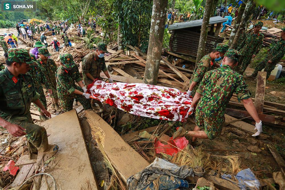 Dân làng khóc nghẹn khi tìm thấy bé trai 10 tháng tuổi dưới lớp bùn đất vụ sạt lở ở Trà Leng-14