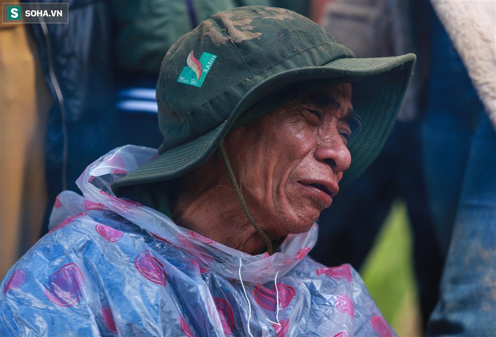 Dân làng khóc nghẹn khi tìm thấy bé trai 10 tháng tuổi dưới lớp bùn đất vụ sạt lở ở Trà Leng-15