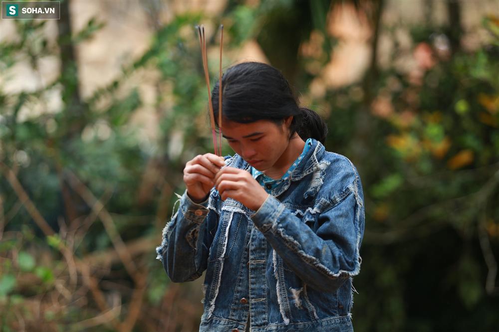 Dân làng khóc nghẹn khi tìm thấy bé trai 10 tháng tuổi dưới lớp bùn đất vụ sạt lở ở Trà Leng-17