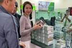 Thủy Tiên dừng phát tiền cứu trợ ở Hải Lăng - Quảng Trị vì thấy người nhận tiền đeo vàng: Chính quyền địa phương nói gì?-2