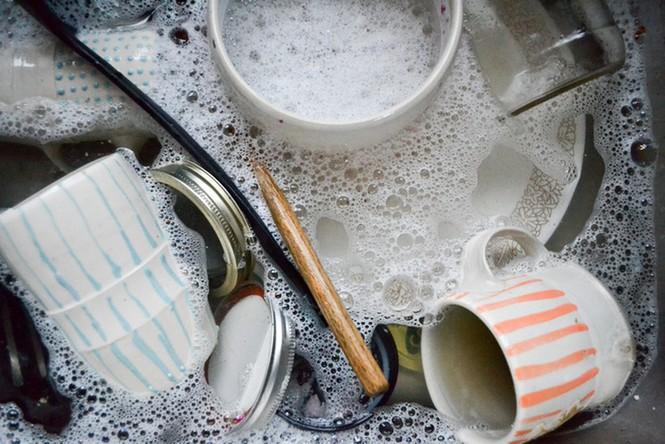 Rửa bát không chuẩn chẳng khác nào ăn vi khuẩn, một vài thao tác sai cần phải sửa, nhiều gia đình đọc xong tá hỏa-2