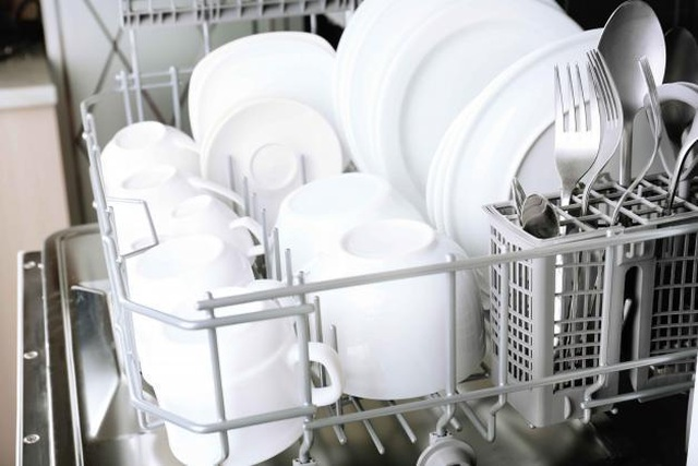 Rửa bát không chuẩn chẳng khác nào ăn vi khuẩn, một vài thao tác sai cần phải sửa, nhiều gia đình đọc xong tá hỏa-1